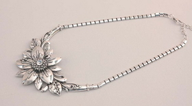IWGAC 049-40343 Silver Tone Flower Necklace